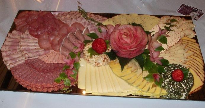 красивое оформление мясной и сырной нарезки в домашних условиях