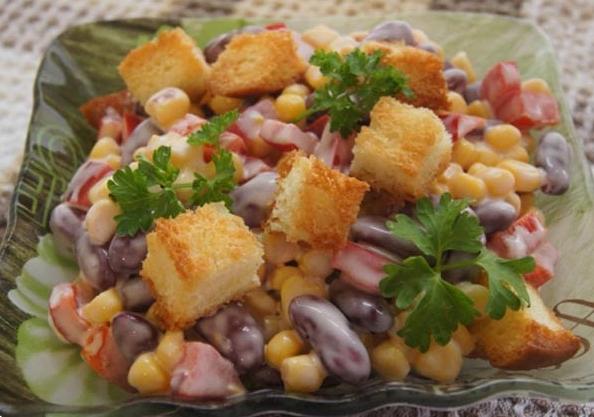 Салат с маринованной красной фасолью и курицей