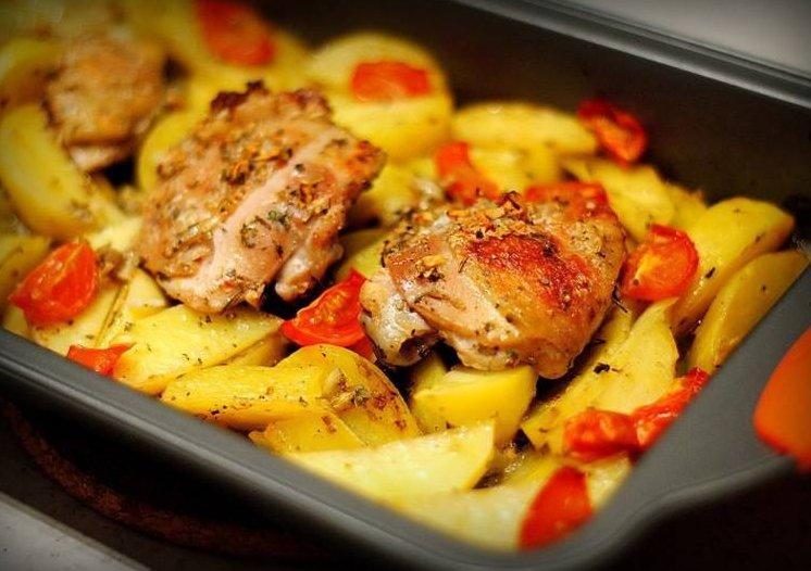 Готовим курицу в духовке целиком с картошкой
