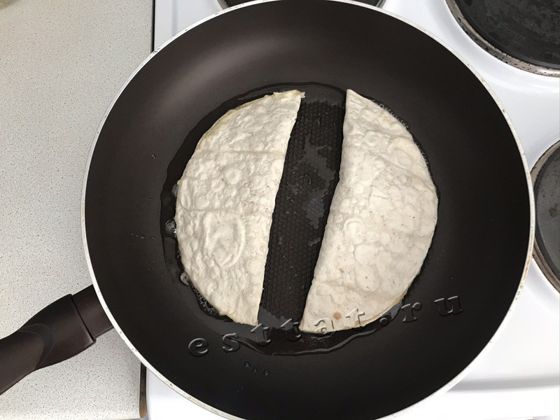 Чебуреки из лаваша с фаршем на сковороде